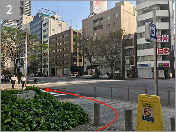 浜町公園前交差点を左に曲がって清洲橋通りに入ります。